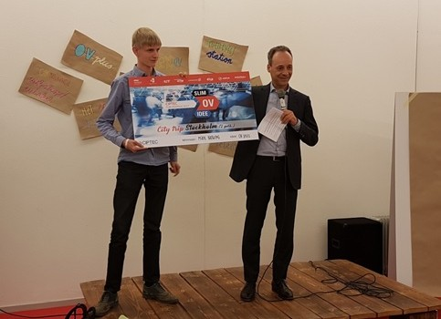 The audience award won by Mark Hartgring with his idea OV seats (left). He received the award from Lodewijk Lacroix of the metropolitan region Rotterdam The Hague.